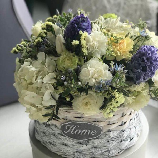 Гортензия, тюльпаны, гиацинты, гвоздики в корзинке с ароматом весны.
