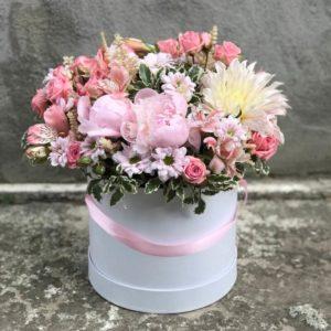 Пионы, розы, георгин в круглой коробке
