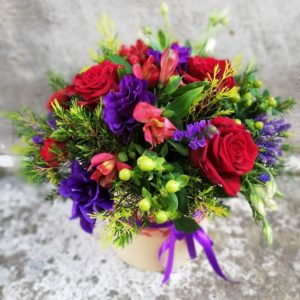 Красно-фиолетовые цветы в коробке