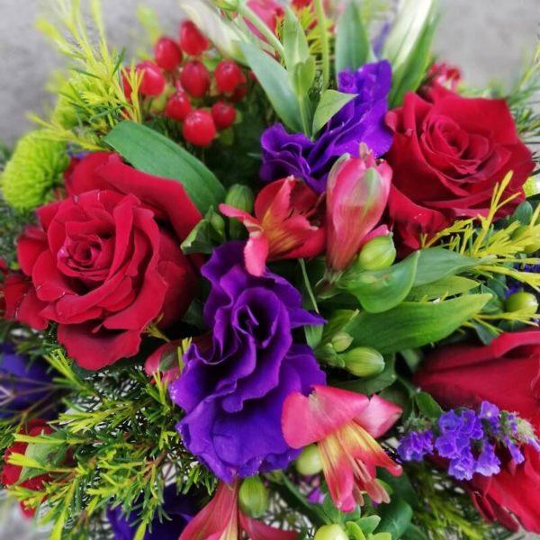 Красно-фиолетовые цветы в коробке лимасол