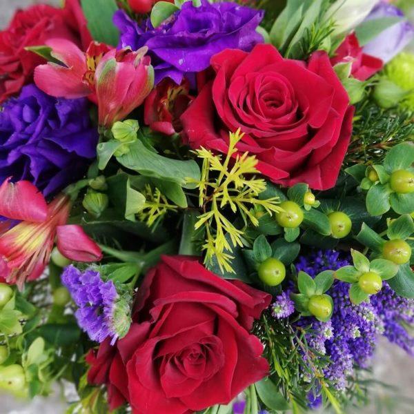 Красно-фиолетовые цветы в коробке кипр