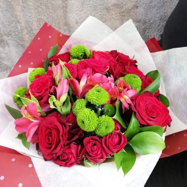 Классический букет с красными розами кипр
