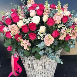Большая корзина из роз в садовом стиле