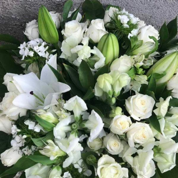 Букет их белых цветов кипр