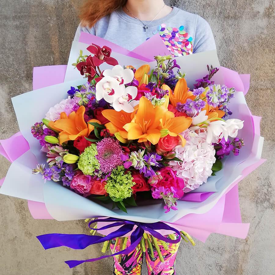 Яркий букет с орхидеей и лилией
