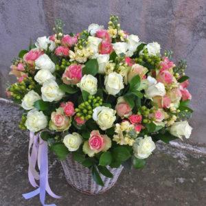 50 роз в большой корзине