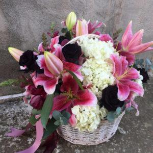 Черные розы в корзине
