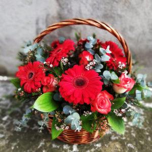 Корзина с красными герберами и розами
