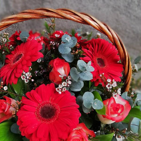 Корзина с красными герберами и розами лимасол