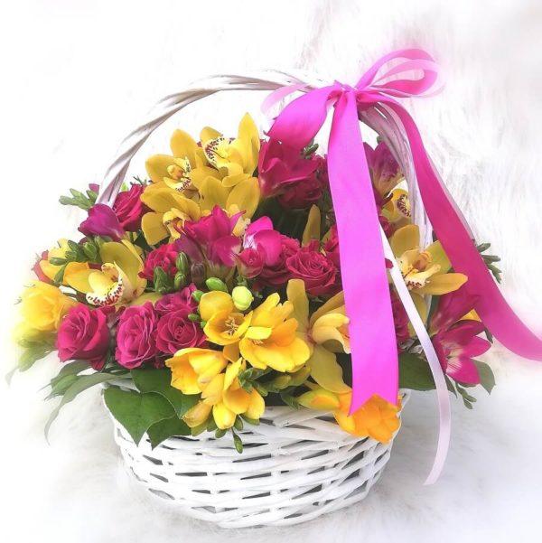 Контрастная корзинка с орхидеями