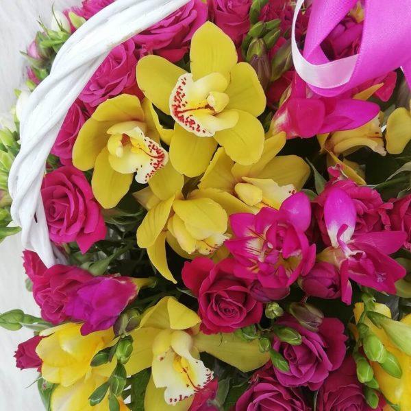 Контрастная корзинка с орхидеями 2