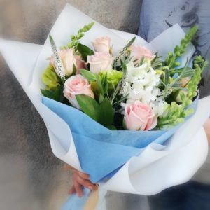 Букет из роз и вероники