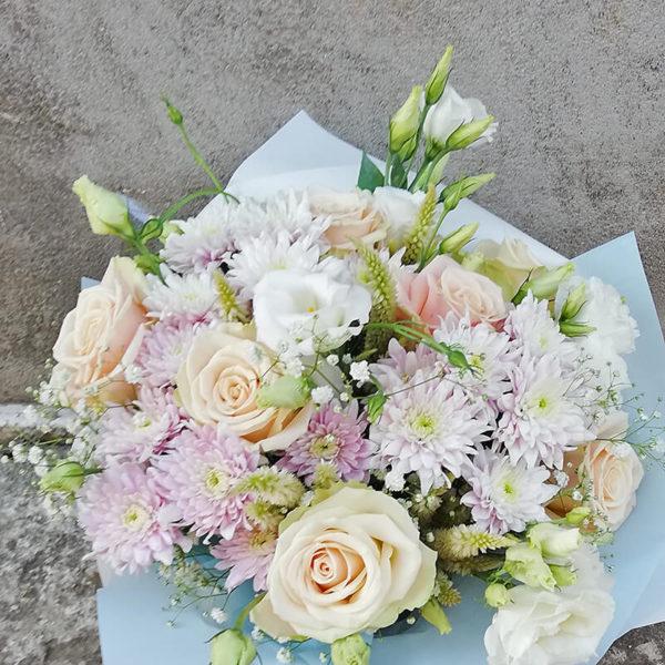 Букет из роз, хризантем, эустомы в пастельных оттенках