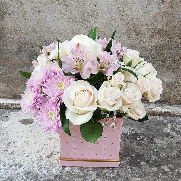 Изящная коробочка из роз и хризантемы