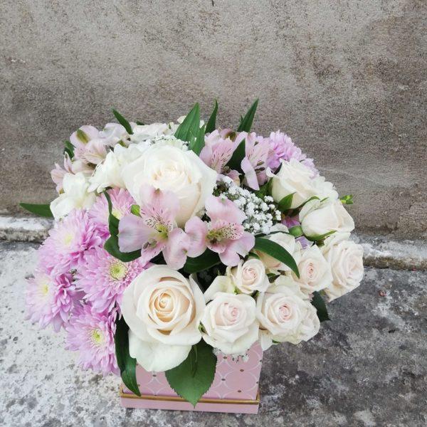 Розовая коробочка из роз и хризантемы