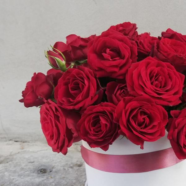 Розы в белой коробке