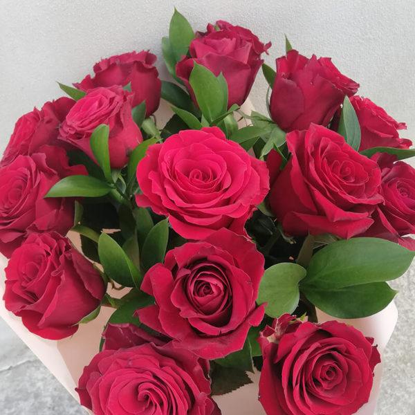 Букет из алых 15 роз