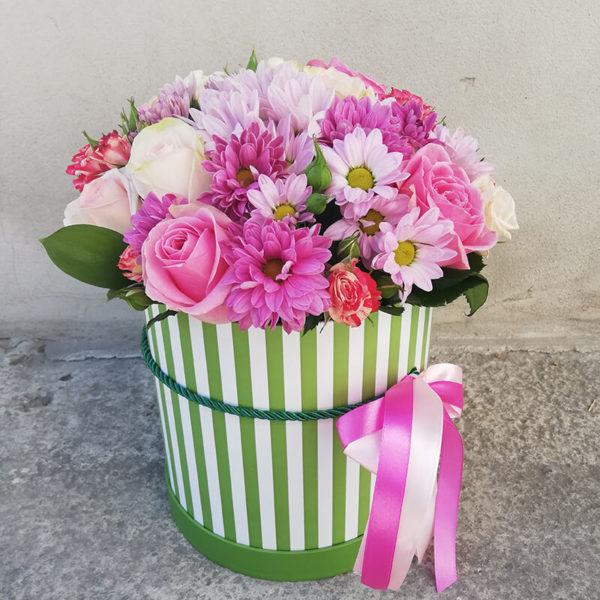Коробка из роз и хризантемы